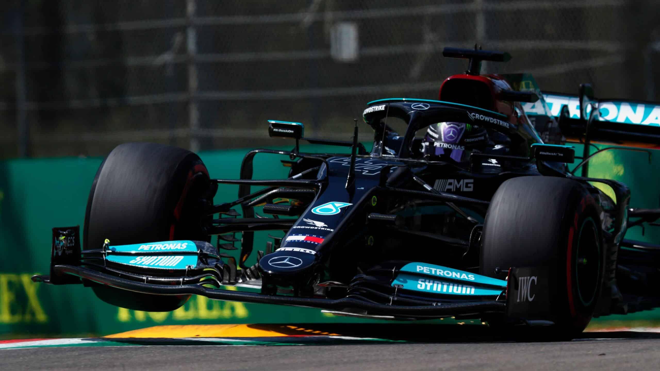 Hamilton es el poleman en Imola, Sergio Pérez arrancará en la primera fila