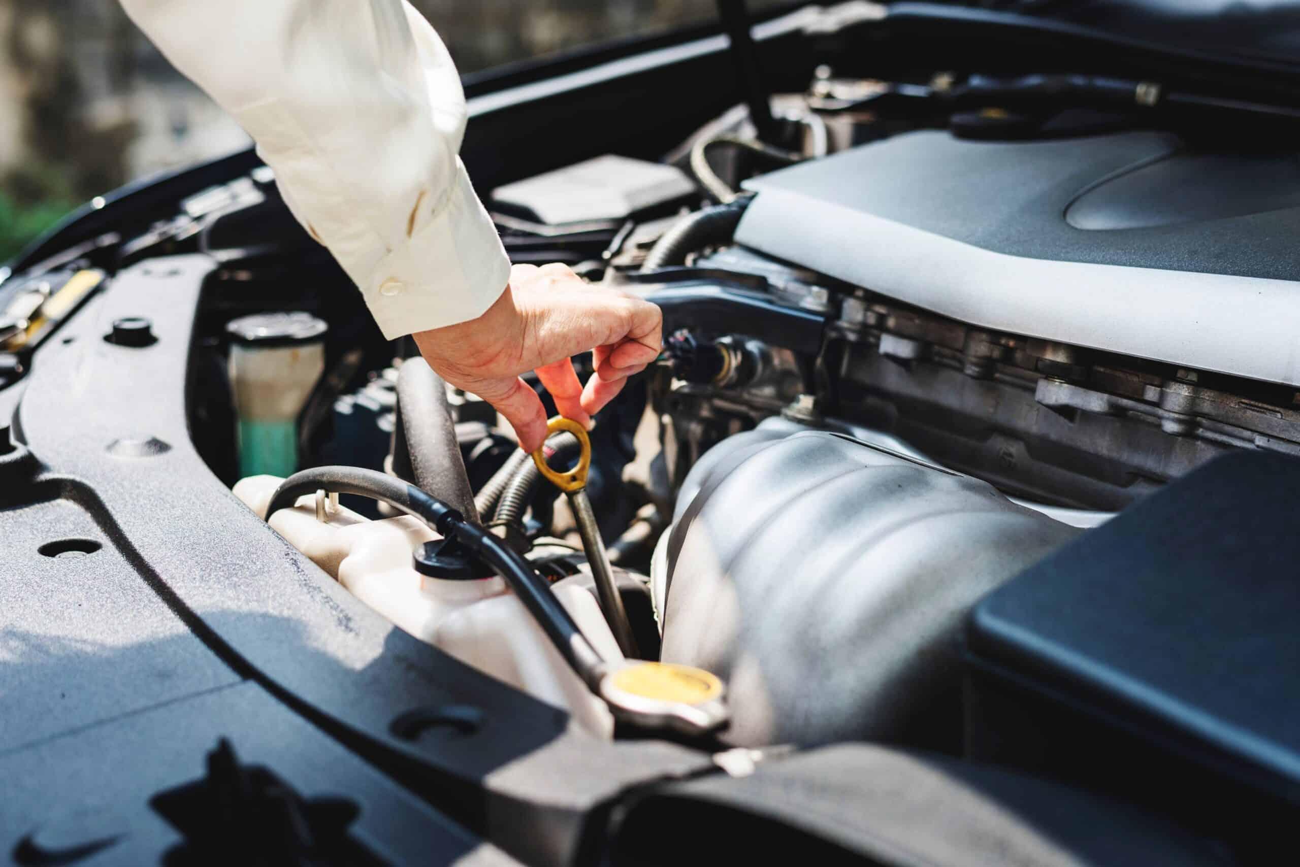 ¿Cómo revisar fácilmente los cinco líquidos de mi auto?