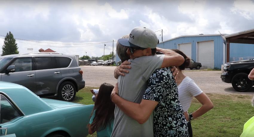 Hijos le regalan a su papá el auto de sus sueños... y es conmovedor