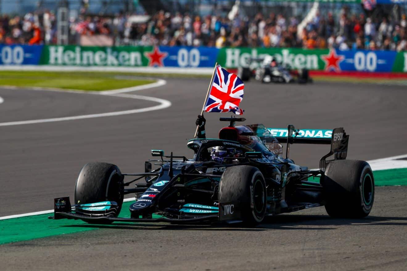 Lewis Hamilton gana el GP de Gran Bretaña, tras sacar a Verstappen de la pista