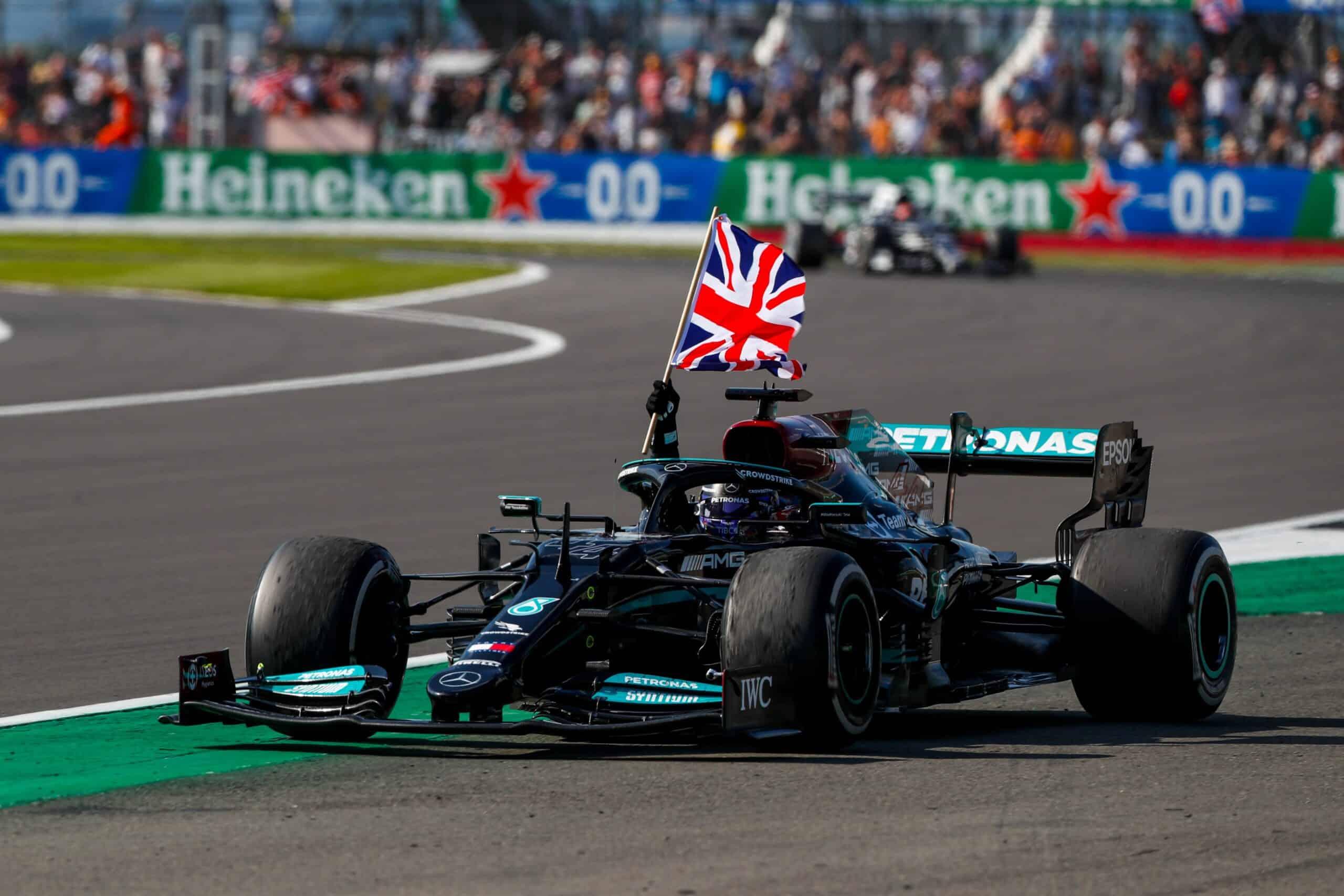 Lewis Hamilton gana Silverstone, tras sacar a Verstappen de la pista