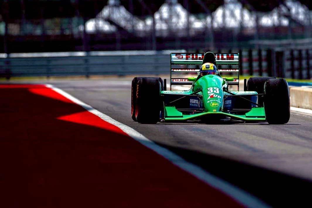 Mick Schumacher rueda en el Jordan 191 de su padre