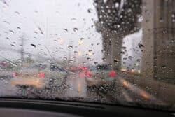 ¿Sabes cómo manejar con lluvia?